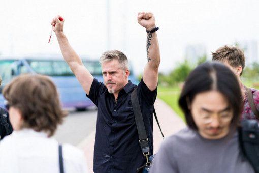 Der norwegische Künstler Morten Traavik (Mitte) will wissen, wie Nordkorea auf westliche Kunst reagiert.