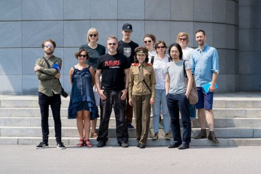Künstler Morten Traavik (vierter von links) macht mit seinen Kollegen Pjöngjang unsicher. Soweit das die Behörden eben zulassen.
