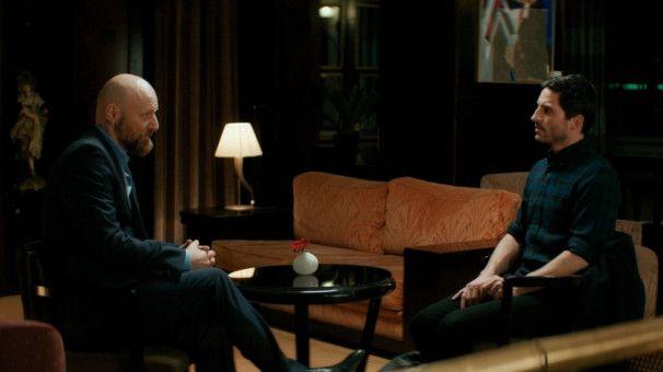 Michael (Christoph Bach, rechts) ist erleichtert, dass der Organvermittler (Erik Madsen) einen seriösen und mitfühlenden Eindruck macht.