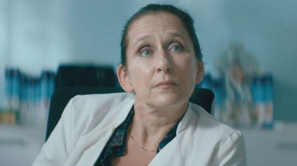 Dr. Benesch (Barbara Philipp) ist mit der Spendersituation in Deutschland nicht zufrieden, kann aber nichts machen.