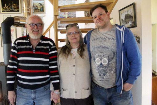 """Philipp (32) mit Papa Jürgen und Mama Angela. Der Zeitsoldat legt bei Frauen wert auf Natürlichkeit. Am wichtigsten ist es mir, dass ich mich gut mit ihr unterhalten kann. Es wäre schön, wenn sie tierlieb ist, da ich zwei Ponys habe"""", sagt er."""