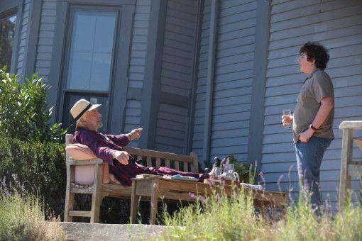 Dr. Kahn (Donald Sutherland, links) gibt Bobby (Blake Cooper) Ratschläge, wie er mit Mobbing umgehen kann.