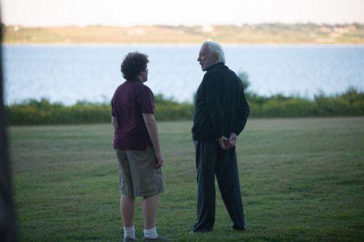 Am Ende des Sommers ist Bobby (Blake Cooper, links) zu einem selbstbewussteren, jungen Mann herangereift; und er dankt Dr. Kahn (Donald Sutherland) dafür.