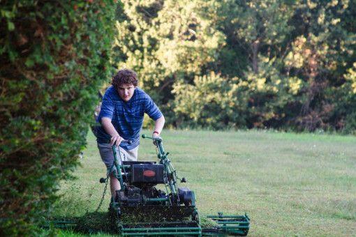 Bobby (Blake Cooper) kommt bei der Gartenarbeit für seinen strengen Auftraggeber gehörig ins Schwitzen.