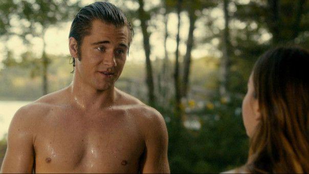 Pete (Luke Benward) flirtet mit Bobbys hübscher älterer Schwester Michelle (Liana Liberato).