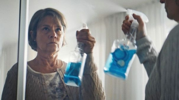 Britt-Marie (Pernilla August) hat es sich 40 Jahre lang bequem eingerichtet in ihrer eigenen Folterkammer aus Putzmitteln und Backpulver, ordentlich sortierten Besteckschubladen und pünktlichem Abendessen.