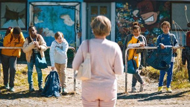Von Fußball hat Britt-Marie (Pernilla August) keine Ahnung, sie übernimmt trotzdem die örtliche Nachwuchsmannschaft als Trainerin.