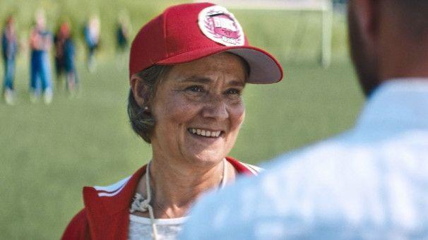 Britt-Marie (Pernilla August) beweist allen, dass es mit 63 Jahren noch nicht zu spät ist, ein neues Leben zu beginnen