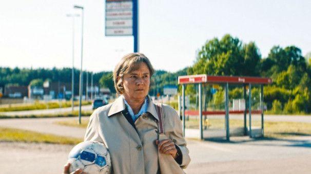 Mit 63 Jahren startet Britt-Marie (Pernilla August) noch einmal neu durch und beginnt in dem kleinen Ort Borg ein neues Leben.