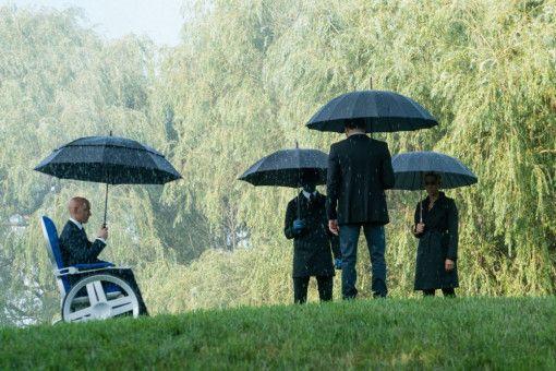 Professor Xavier (James McAvoy, links) und seine X-Men nehmen von einer gefallenen Kameradin Abschied.