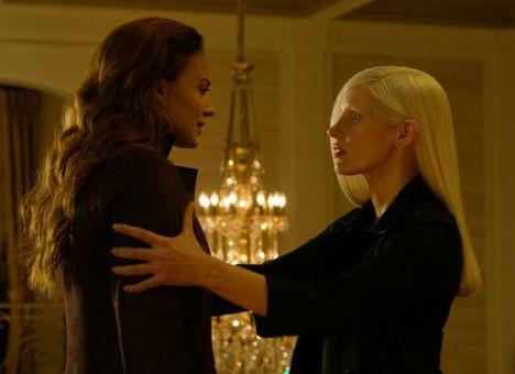 Jean (Sophie Turner) möchte Vuk (Jessica Chastain) so gerne glauben, dass sie ihr helfen kann.