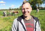 """Thomas (47) aus Niedersachsen arbeitet als als Viehhändler und betreibt im Nebenerwerb seine eigene Rinderzucht. Er liebt Fußball und den Hamburger SV. Der zweifache Vater sucht """"eine gleichberechtigte Partnerin. Sie soll für mich da sein, ich für sie – wir füreinander. Und sie sollte so normal-verrückt sein, wie ich es bin."""""""