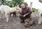 Henry (49) aus Niedersachsen betreibt eine Alpakazucht. Sein Wasserbett würde er gerne mit einer Partnerin teilen. Seine Traumfrau sollte etwa zwischen 30-48 Jahre alt sein und wie Henry Spaß am Leben auf dem Land haben.