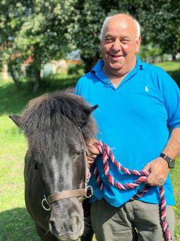 """Jürgen (63) aus Thüringen hält auf seinem Hof 18 Mutterkühe, sieben Kälber, zwei Ponys, eine Ziege und Hundedame """"Lorchen"""". Er ist seit etwa drei Jahren Witwer. """"Sie sollte zwischen 55 und 64 Jahren alt sein und jeden Spaß mitmachen"""", sagt er über eine neue Frau an seiner Seite."""