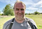 """Sven (54) aus Brandenburg lebt zusammen mit seinen Eltern und seinr 16-jährigen Tochter auf einem Vierseithof. """"6,5 Jahre bin ich nun schon allein und natürlich fühle ich mich da auch oft einsam. Jetzt muss endlich wieder eine Frau her, dit wird Zeit"""", sagt er. Die darf ruhig Temperament haben."""