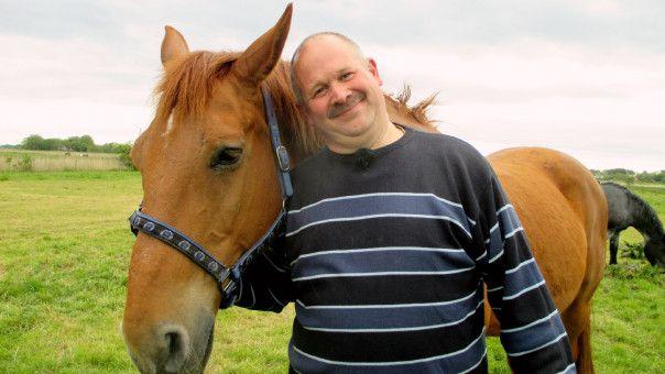 """Burkhard (45) aus Ostfriesland hält auf seinem Pferdehof 15 Pferd und zehn Ponys. In seiner Freizeit geht der 45-Jährige gern ins Kino, macht ausgedehnte Spaziergänge am Deich oder trifft sich mit seinen Kameraden von der Freiwilligen Feuerwehr. """"Sie soll ehrlich sein, humorvoll, dass man auch mit ihr lachen kann. Aber sie soll es ernst mit mir meinen"""", sagt er über seine Traumfrau."""