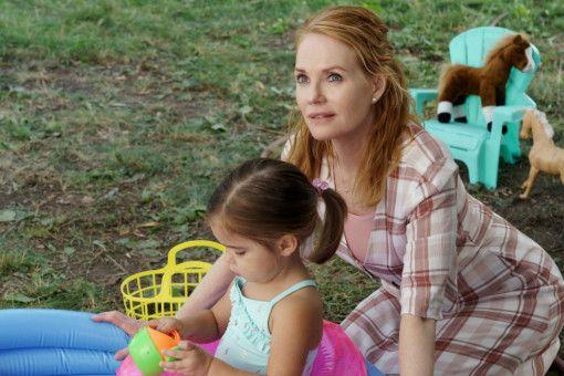 Hannah (Marg Helgenberger) mit ihrer Enkeltochter, der kleinen CJ (Emma Volk).
