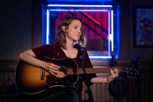 Endlich traut sich CJ (Kathryn Prescott), ihre Songs vor einem Publikum zu spielen.