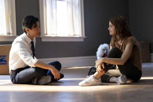 Bailey führt in seinem dritten Leben auch CJ (Kathryn Prescott) und ihren Jugendfreund Trent (Henry Lau) wieder zusammen.