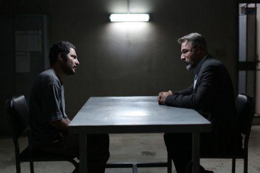 Moosa (Navid Mohammadzadeh, links) will von Gerichtsmediziner Dr. Nariman (Amir Agha'ee) wissen, woran sein Sohn gestorben ist.