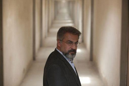 Der Gerichtsmediziner Dr. Nariman (Amir Agha'ee) glaubt, dass er den Tod eines Jungen zu verantworten hat.