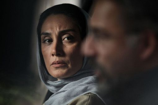 Dr. Nariman (Amir Agha'ee) vertraut sich seiner Kollegin Sayeh (Hedieh Tehrani) an.