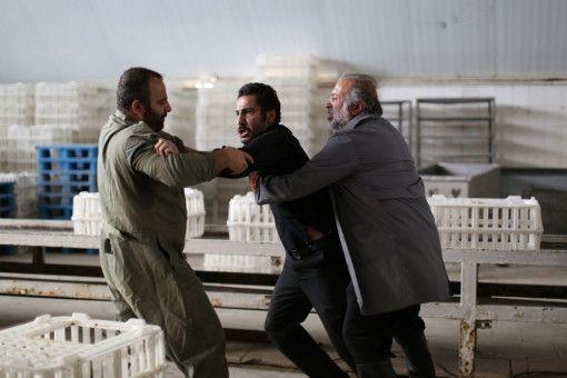 In einem Schlachthof will Moosa (Navid Mohammadzadeh, Mitte) die Männer zu Rechenschaft ziehen, die er für den Tod seines Sohnes verantwortlich macht.