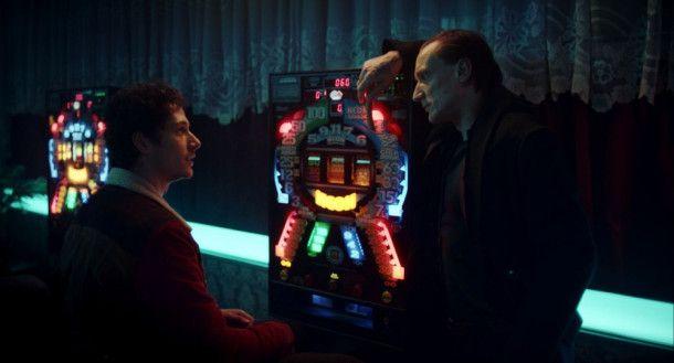 Juri (Noah Saavedra, links) lässt sich auf ein Spiel mit dem Tod (Marko Mandi?) ein.