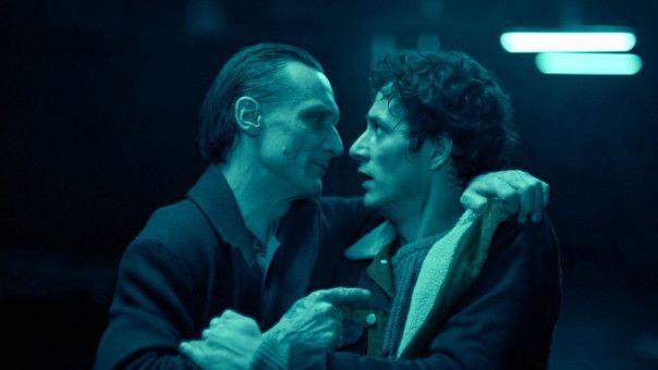 Der Tod (Marko Mandi?, links) will Juri (Noah Saavedra) zu sich holen.