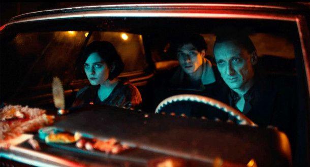 Der Tod fährt mit: Nina (Vanessa Loibl), Juri (Noah Saavedra) und der Leibhaftige (Marko Mandi?, rechts) im Auto.
