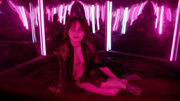 In einer Peepshow-Kabine trifft Juri auf Nina (Vanessa Loibl).