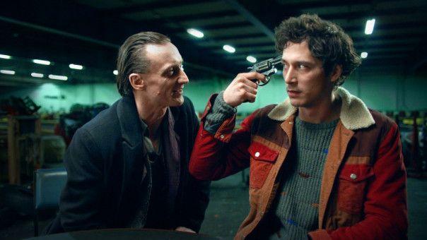 Juri (Noah Saavedra, rechts) spielt mit dem Tod (Marko Mandi?) Russisches Roulette.