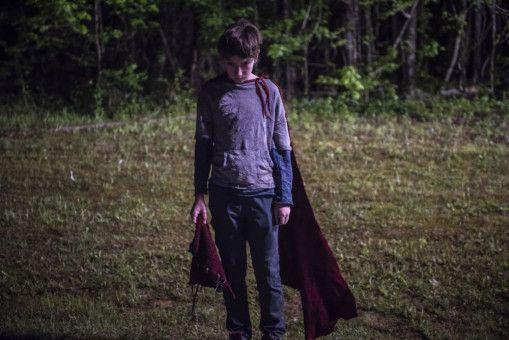 Brandon Breyer (Jackson A. Dunn) macht mit Umhang und Maske seine Umgebung unsicher.