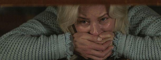 Brandons Adoptivmutter Tori (Elizabeth Banks) bekommt es mit der Angst zu tun.