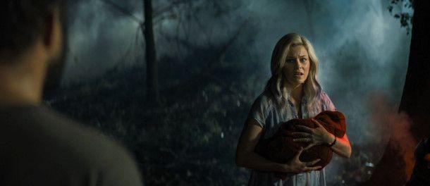 Tori (Elizabeth Banks) und Gatte Kyle (David Denman) finden vor ihrem Haus den kleinen Brandon, der in einer merkwürdigen Kapsel auf die Erde kracht.