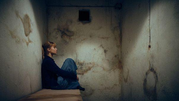 Nete (Fanny Leander Bornedal) verbringt eine Nacht in der Isolationszelle.
