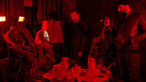 In einem geheimen Zimmer finden Carl Mørck (Nikolaj Lie Kaas, links) und Assad (Fares Fares) einen bizarr inszenierten Tatort vor.