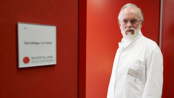 Dr. Wad (Anders Hove) hatte einst im Umerziehungsheim das Sagen: Nun holen ihn die Schatten der Vergangenheit ein.