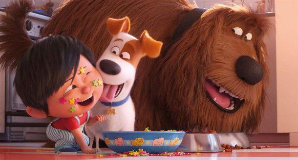 Der kleine Liam eifert seinen Hunden Max (Mitte) und Duke nach.
