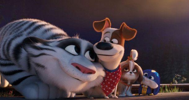 Der weiße Tiger fühlt sich wohl bei Max, Daisy  und Snowball (von links), die ihn aus den Klauen eines sadistischen Dompteurs befreit haben.