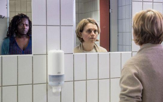Frauengespräch auf der Toilette: Die ungleichen Schwestern (Thelma Buabeng, links, und Nina Weniger) sind endlich ehrlich.