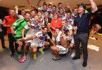 Stiller Genießer: Während seine Kollegen von der Fußball-Nationalmannschaft den WM-Gewinn mit Bundeskanzlerin Merkel und Bundespräsident Gauck feiern, zieht sich Toni Kroos (hinten rechts) die Schuhe aus.