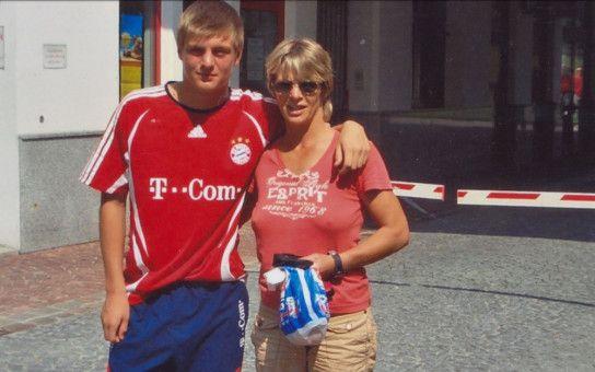 """Mit 16 Jahren wechselte Toni Kroos zu großen FC Bayern. Seine Mutter Birgit habe zu Hause in Rostock  """"weiter den Tisch für vier gedeckt"""", wie sie sich im Film erinnert."""