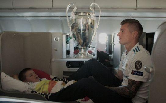 Der Spagat zwischen Profi-Fußball und Familienvater: Toni Kroos mit Pokal und Sohn auf dem Heimflug vom Champions-League-Finale 2018 in Kiew.