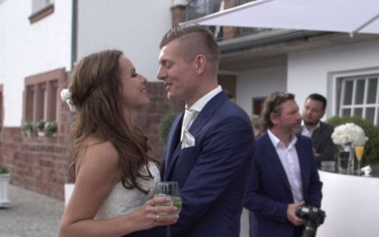 Der Dokumentarfilm geizt nicht mit privaten Einblicken. Unter anderem war das Kamerateam bei der Hochzeit von Toni Kroos mit seiner Jessica dabei.