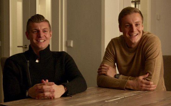 Toni Kroos (links) und sein Bruder Felix teilen im Film Erinnerungen an ihre Kindheit. Bis heute sind die beiden eng verbunden. Auch Felix ist Profi-Fußballer.