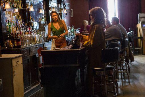 Den Drink in der Bar kann sich Kyra (Michelle Pfeiffer) kaum mehr leisten.