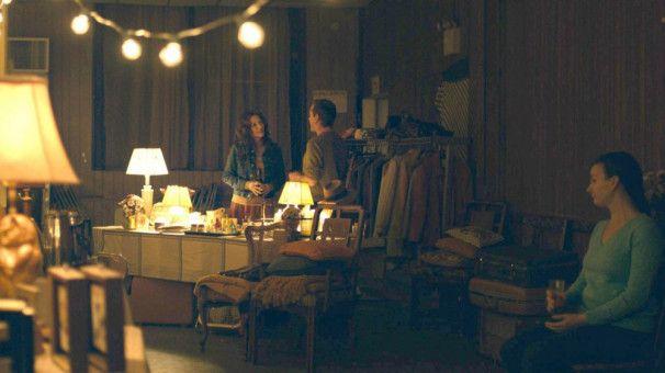 Beim Flohmarkt versucht Kyra (Michelle Pfeiffer) durch den Verkauf von Möbeln etwas zu verdienen.
