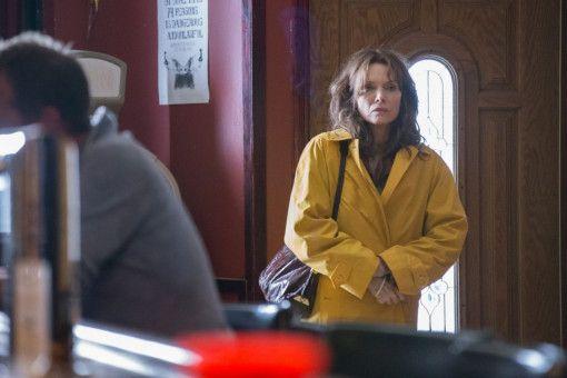 Auf der Suche nach einem Job bewirbt sich Kyra (Michelle Pfeiffer) in einer Bar. Doch die Arbeit als Serviererin geht an eine jüngere Mitbewerberin.