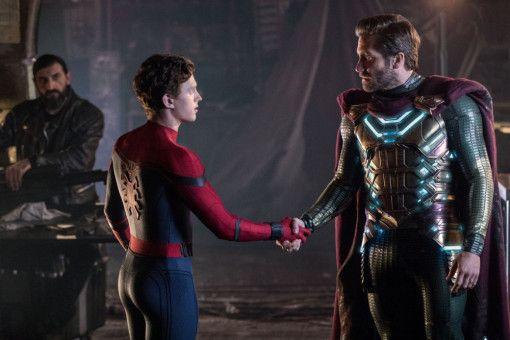 Peter Parker (Tom Holland, links) lernt den aus einem Paralleluniversum stammenden Quentin Beck alias Mysterio (Jake Gyllenhaal) kennen.